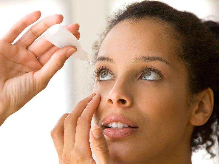 """Nhỏ mắt đúng cách để tránh những """"tác dụng phụ"""" không mong muốnNhỏ mắt đúng cách để tránh những """"tác dụng phụ"""" không mong muốn"""